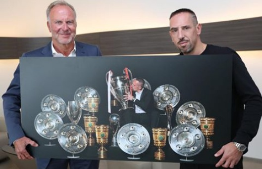 Franck Ribery presented with an appreciation portrait by Bayern