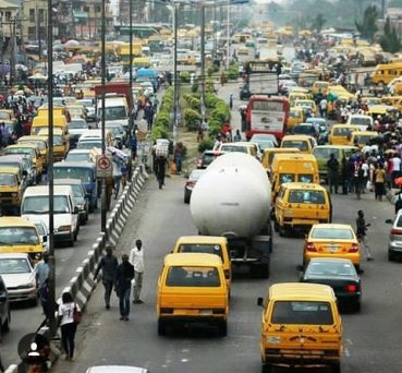 Lady escapes lynching over manhood snatching in BRT bus